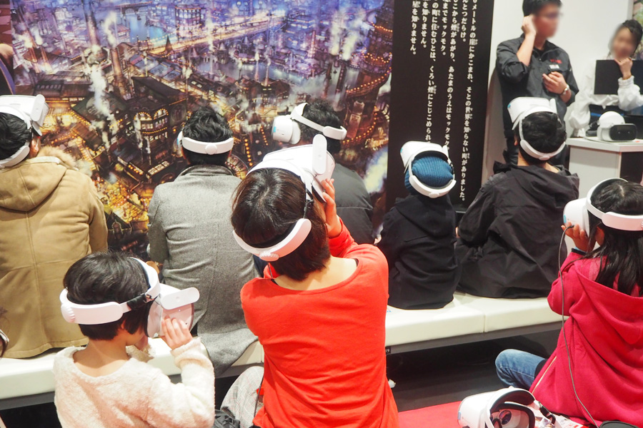 参加者とともにゴーグルを装着して体験する西野亮廣(前座席の一番右・大阪市内)