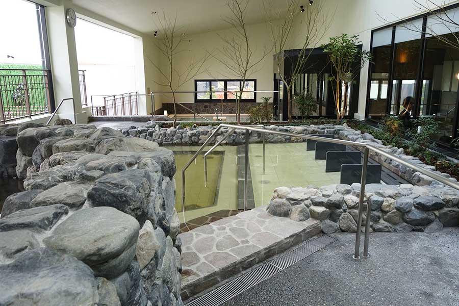 周辺にはビルが多いため、見えないように工夫を凝らした露天風呂