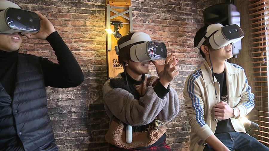 「スナックCANDYえんとつ町店」(川西市)で開催された上映会の様子