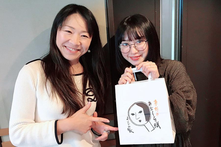 『KYOTO AIR LOUNGE』に出演した吉田凜音。左はDJの森夏子(20日・α-STATIONスタジオ)