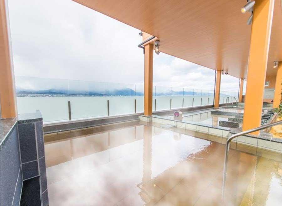 大きな露天風呂から見えるのはびわ湖
