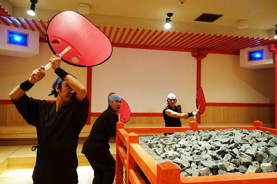 3人が楽しいパフォーマンスを繰り広げる、岩盤浴のロウリュウショー(イメージ)