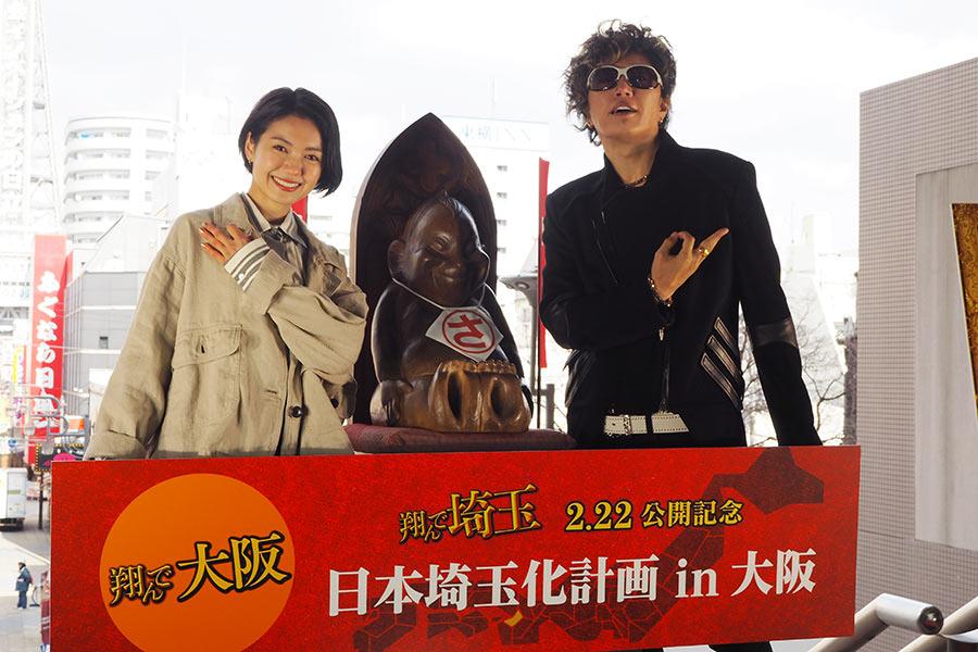 映画『翔んで埼玉』W主演の二階堂ふみ(左)とGACKT(13日・大阪市内)