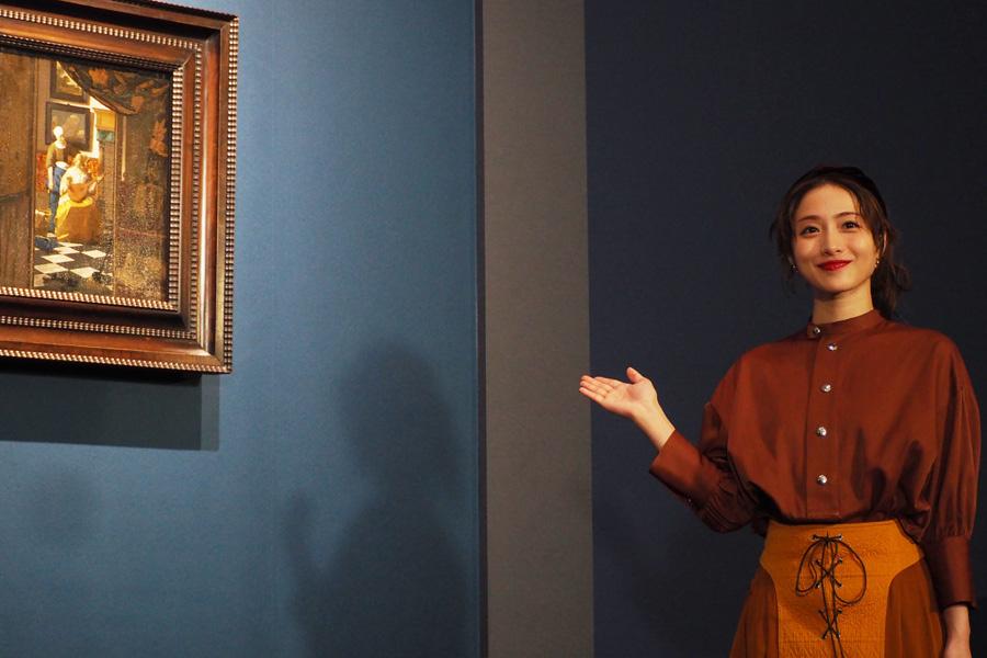 大阪展のみ展示の『恋文』を紹介する石原さとみ(14日・大阪市立美術館)