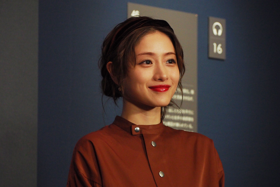 フェルメール作品は「外から入ってくる光が好きです」と話す石原さとみ(14日・大阪市立美術館)