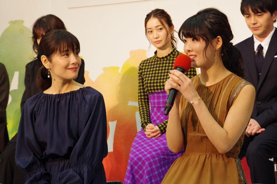 母親役の富田靖子にハグをしてもらったと喜ぶ福田麻由子