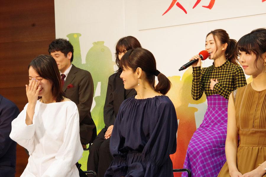 「幼なじみの役として、どれくらい密に一緒の時間を過ごせるかなっていうのをすごく思う」と共演を楽しみにする大島優子(右)と戸田恵梨香