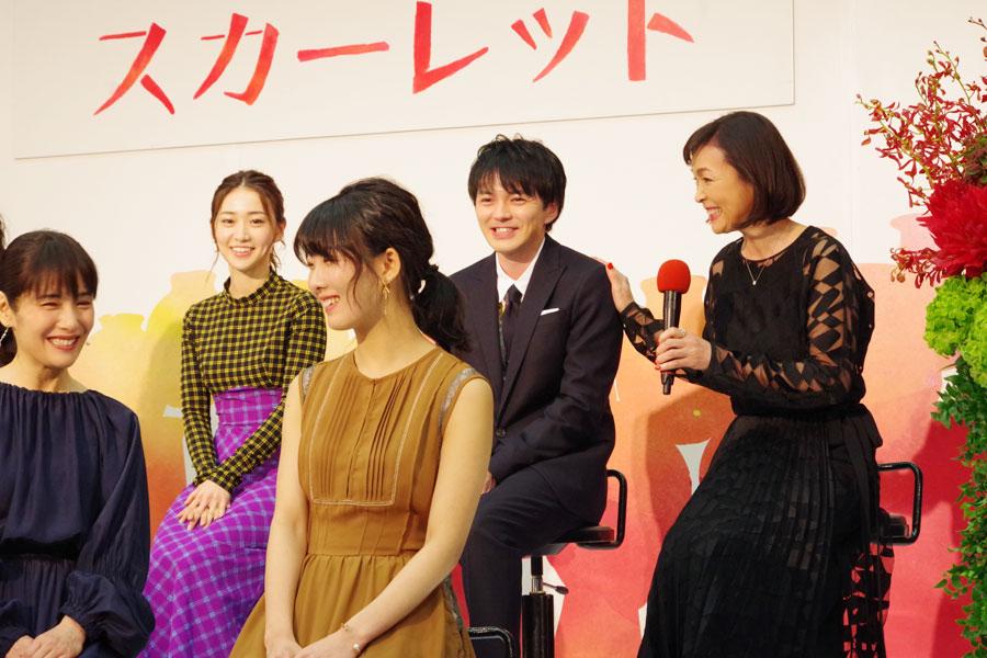 息子役の林遣都が、ドラマの舞台となる滋賀県出身と聞き、「言葉につまったらこの子に方言を訊いて、方言担当ですから」と、プッシュする財前直見