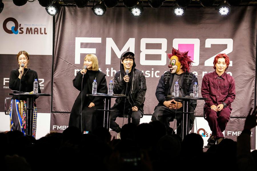 公開収録に登場したSEKAI NO OWARI(左からSaori、Nakajin、DJ LOVE、Fukase)一番左はDJの仁井聡子 写真提供:FM802 撮影:森好弘