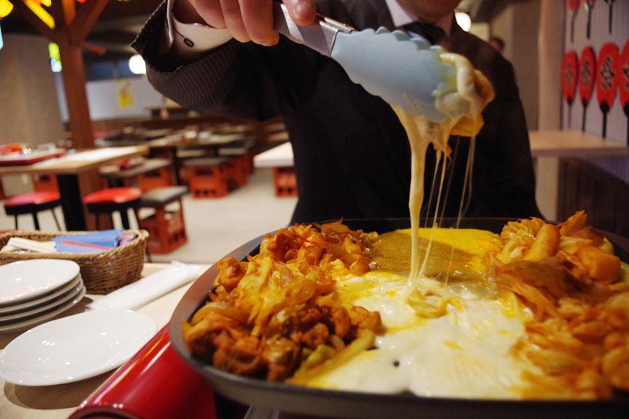 モッツァレラとチェダーの2種類のチーズを楽しめる同店定番の「チーズタッカルビ」(2280円)