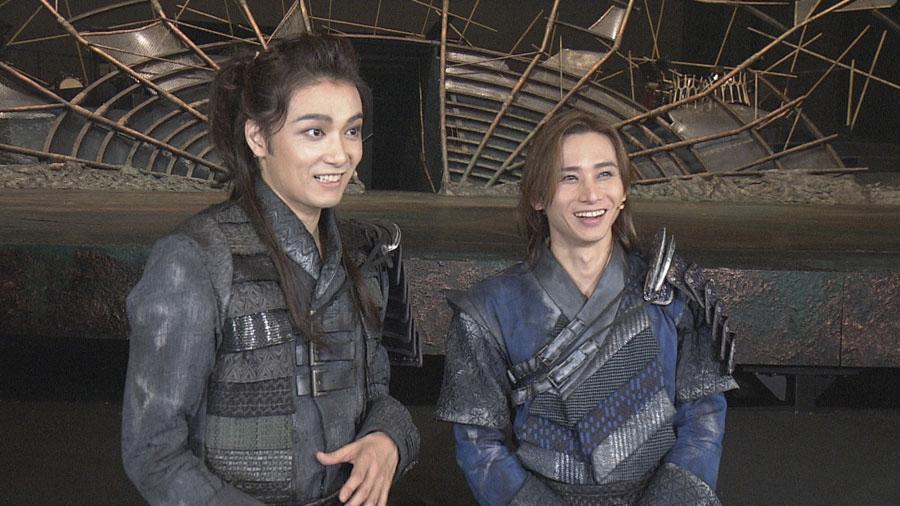 『ナイツ・テイル -騎士物語-』初日本番直後の井上芳雄(左)と堂本光一