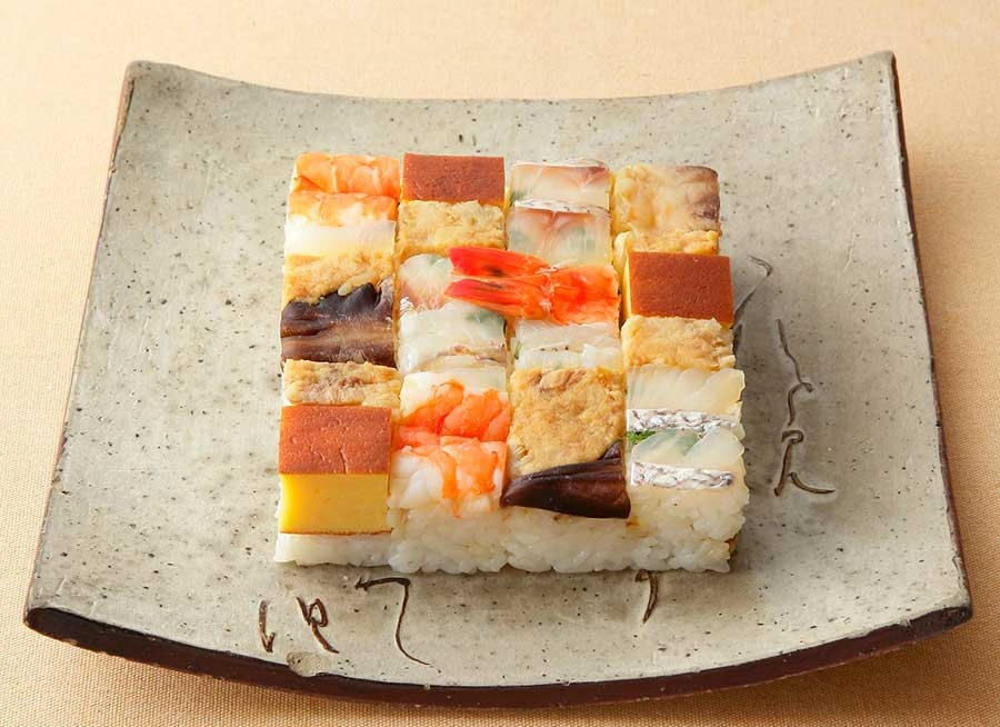 「祇園 いづ重」の上箱寿司1944円。ほかにもいなり寿司の実演販売も