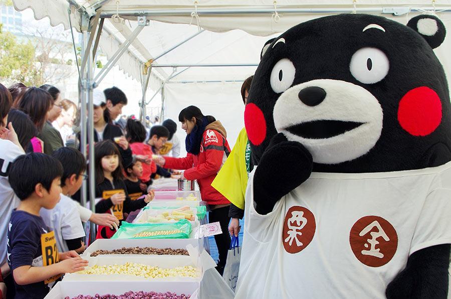 くまモンもエイドステーションの補スイーツエリアの熊本スイーツコーナーでお手伝い(24日・大阪市内)