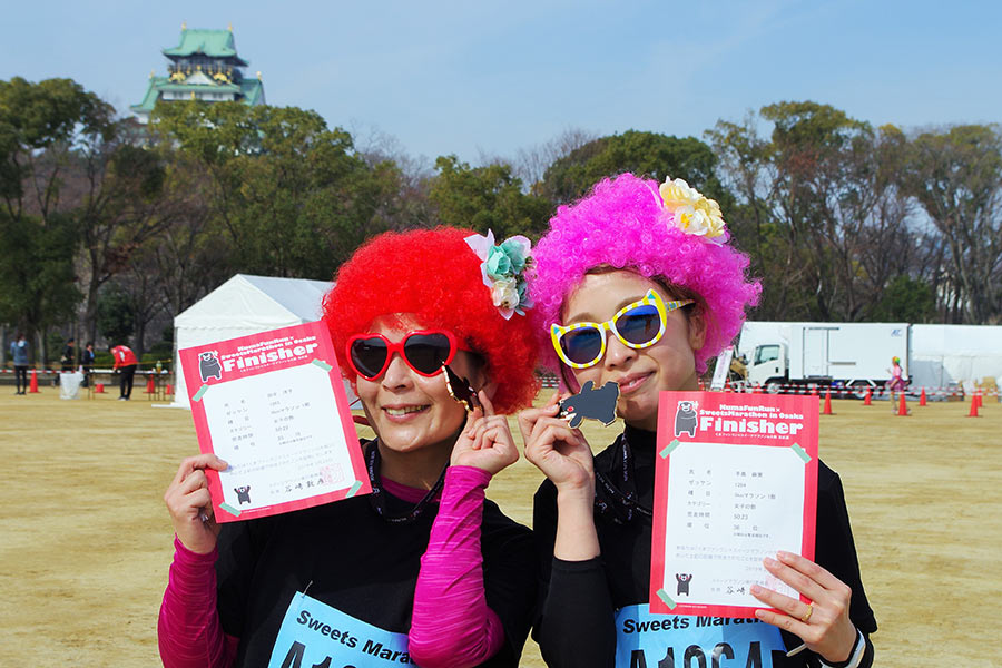 会社仲間とおそろいのコスプレで参加した田中淳子さん(左)と手島真美さん(24日・大阪市内)