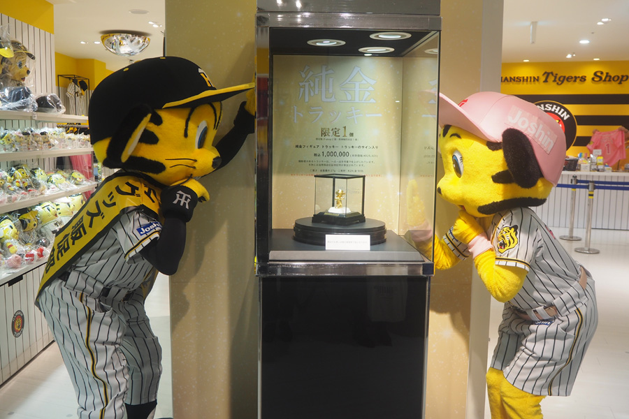 100万円の純金トラッキーに、よだれが止まらないトラッキー(左)とラッキー(1日・阪神梅田本店)