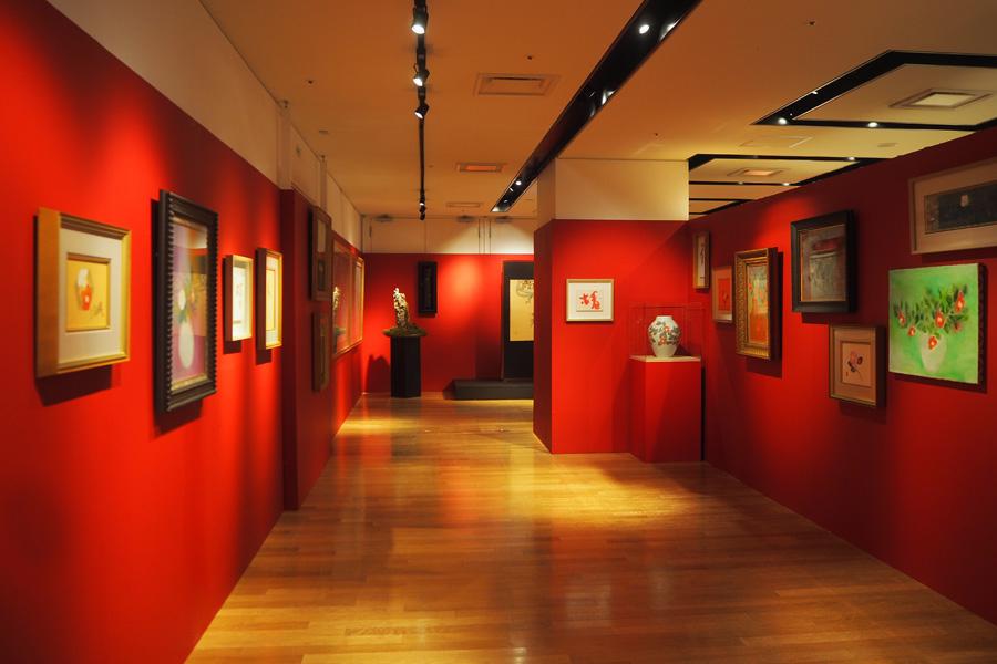画家としての原点である椿作品を集めた「椿の回廊」
