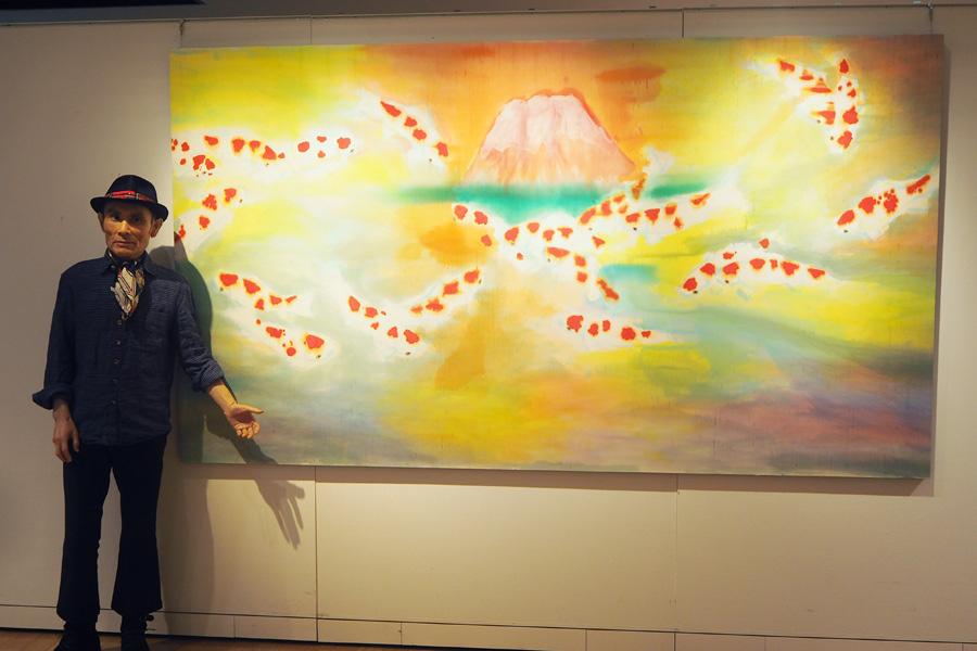 日本の顔である「富士山」と鯉を描いた新作を紹介する片岡鶴太郎(15日・大阪市内)