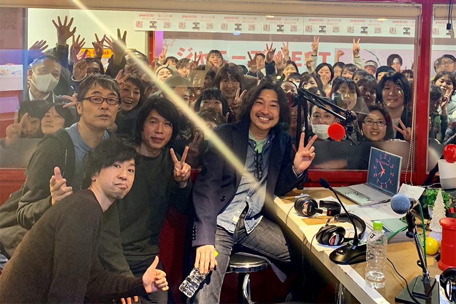 手前から時計回りに、サンコンJr.、DJのマーキー、ジョン・B、トータス松本(20日・大阪市内)