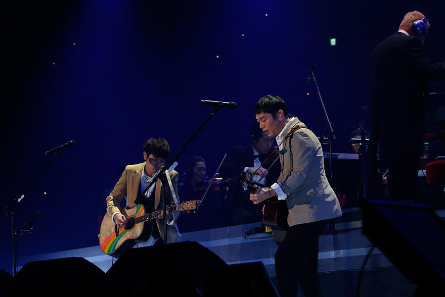 向かい合ってギターを演奏するゆず(23日・大阪城ホール)写真:LIVE SDD 2019 official Photo