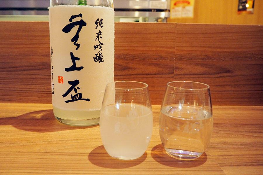 「蔵元豊祝」では日本酒を。左から直営店舗の中でも天王寺でしか飲めない「無上盃」おりがらみ(120ml330円)、右は「豊祝」純米酒30BY(120ml280円)