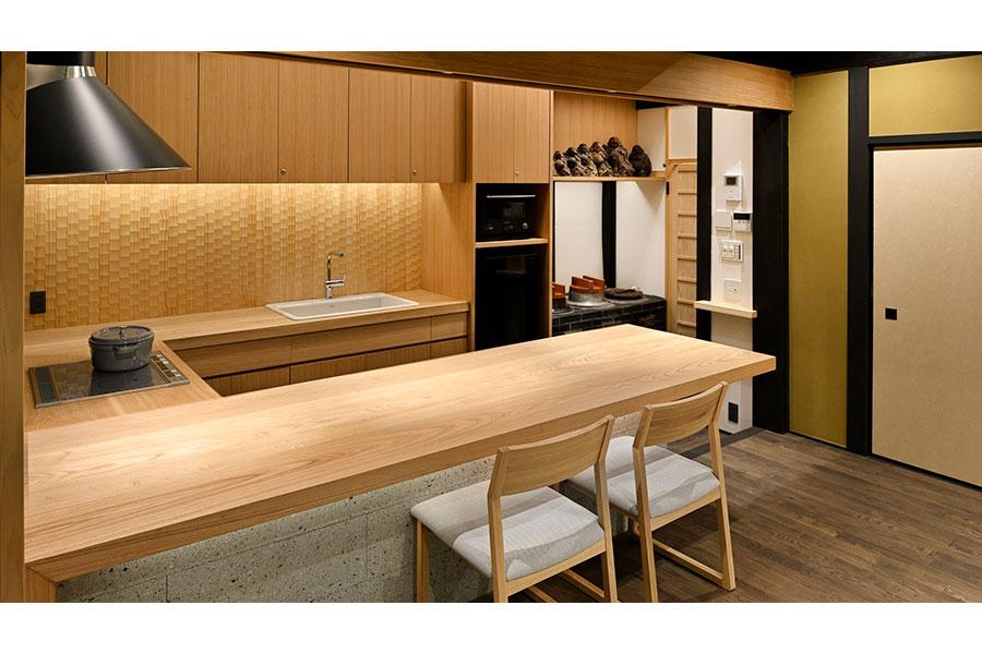 京町家の伝統的な台所「おくどさん」を残した、広々としたキッチン