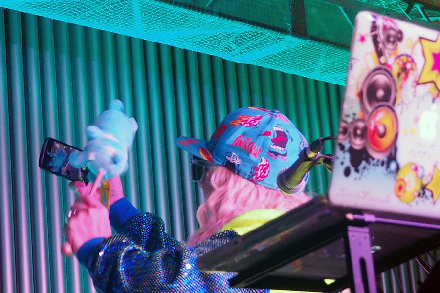 来場者との自撮りをSNS・インスタグラムにアップすることを伝え、「あとで送っとくね!」来場者を喜ばせるDJ KOO(7日・大阪市内)