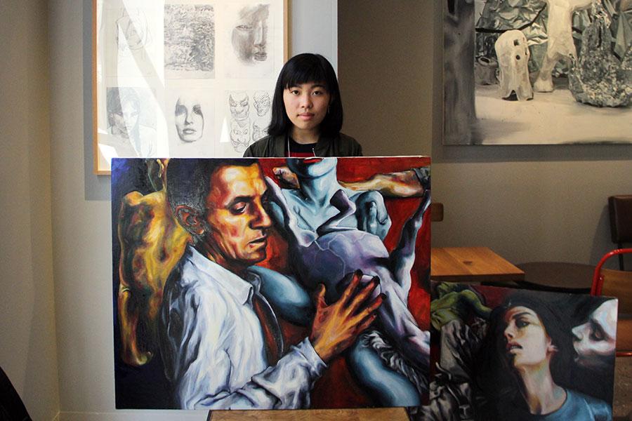 高校1年生ながら、同空間に絵画作品を展示する大西茅布さん