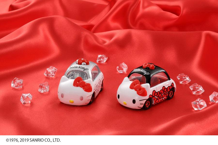 「ドリームトミカ ハローキティ45周年記念 アニバーサリーセット」(希望小売価格1500円・税別)、左から「パールホワイト×赤いリボン」、「ブラック&ホワイト×赤いリボン」
