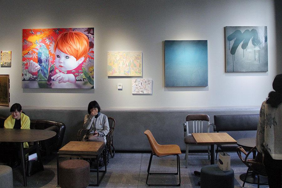 壁面には個性の異なる絵画作品が掲げられる