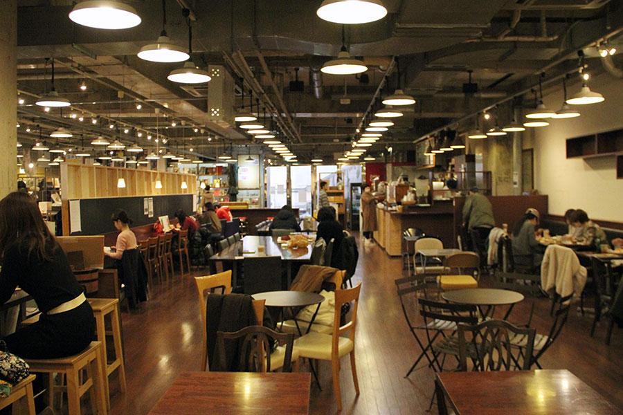 新店の広さに近いという、約50坪のカフェスペース