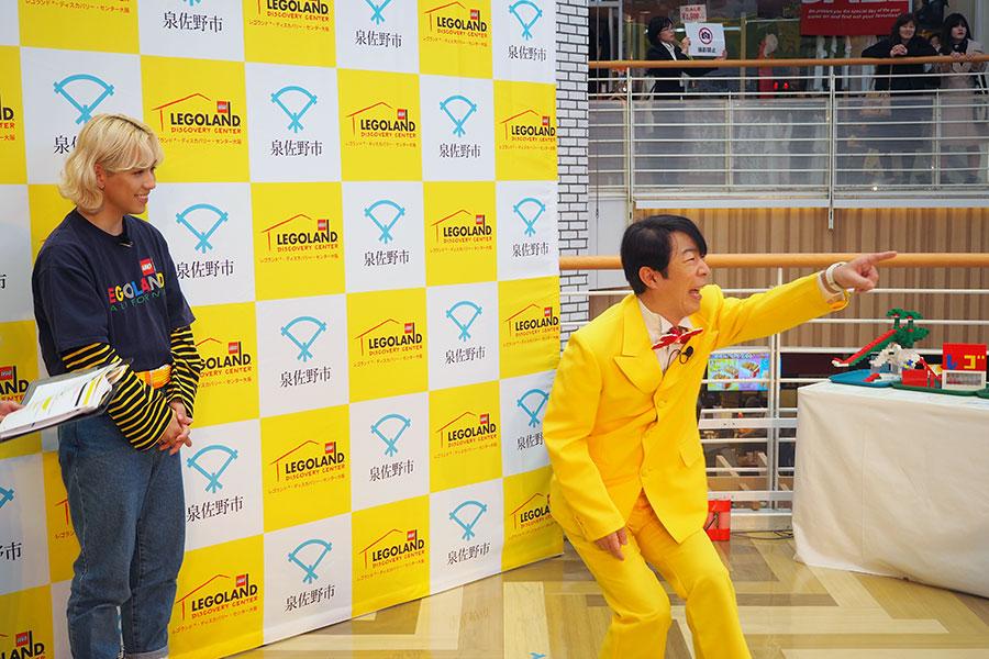 ネタを披露するダンディ坂野(右)と、見守るりゅうちぇる(27日・大阪市内)