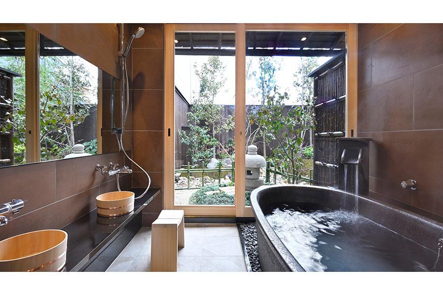 信楽焼きの浴槽が設置された室内風呂