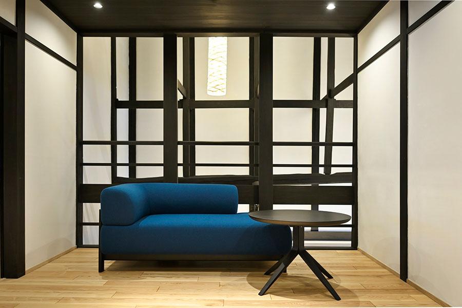 室内の家具は全て、木目の美しい「カリモク家具」のもの