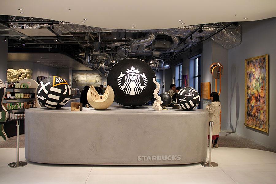 道路が球体に変化したような作品は、田村琢郎による『Every road leads to Starbacks』(中央、スターバックスロゴの入った球体など)