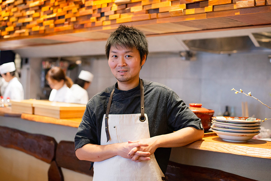 料理人・長谷川在佑は1978年東京生まれ。神楽坂の老舗料亭「うを徳」で5年間修業。2008年に29歳で独立し「傳」を開業