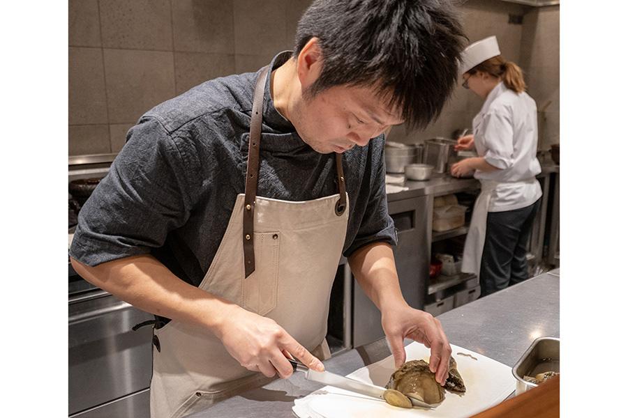 オープン4年目には食べログのランキングで全国1位。ミシュラン2011年版で星を獲得するも、和食の魅力を幅広く伝えたいと世界各地を食べ歩き独創的なメニューを考案する一方、外国人スタッフを受け入れ始める