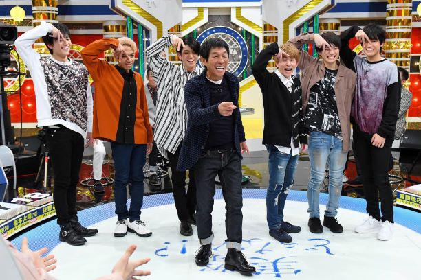 左から、小島健、草間リチャード敬太、正門良規、明石家さんま、末澤誠也、福本大晴、佐野晶哉 写真提供:MBS