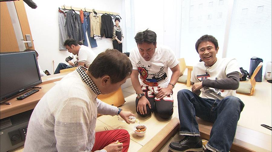渡辺オリジナルの秘伝料理を振る舞いに、たむけんの楽屋に乱入する 写真提供:MBS