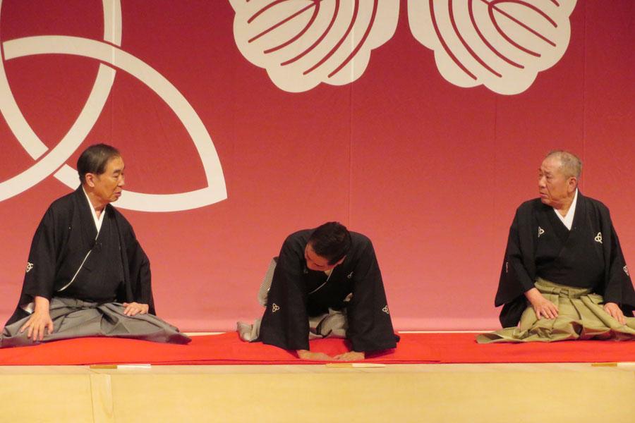 桂文枝(左)から「小文枝師匠!」と呼ばれるも、「ギャグですわ、よう楽屋で言うてます」と小文枝(中央)