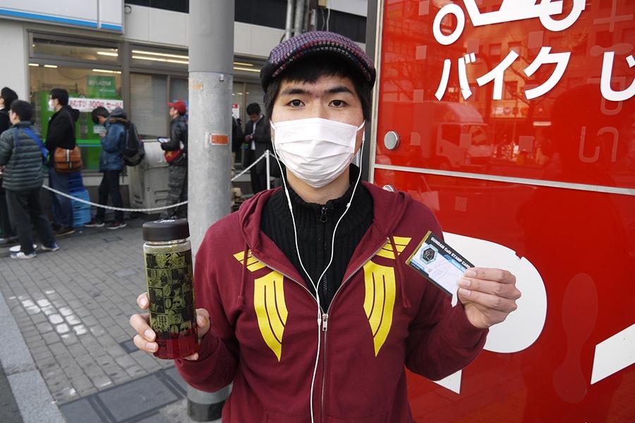 ショップの先頭に並んでいた、シャアのジップアップパーカーを来たファン(20日・大阪市内)