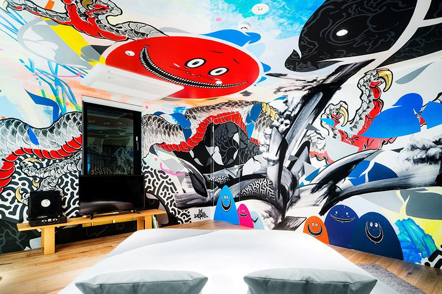 東京にある「BnA STUDIO Akihabara」の客室「RESPONDER」。アートワークを担当したのは、アーティスト/クリエイター集団の「81 Bastards」