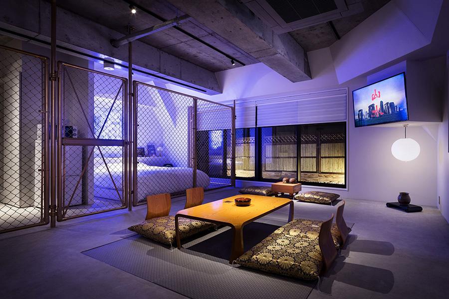 東京にある「BnA STUDIO Akihabara」の客室「ZEN GARDEN」。アートワークを担当したのは、インターネットラジオチャンネルの「51.3 G−WAVE」