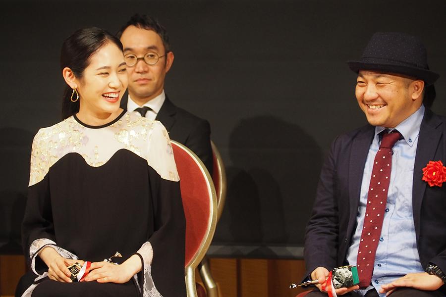 『おおさかシネマフェスティバル2019』で、助演女優賞に輝いた阿部純子(左)と作品賞&監督賞の白石和彌監督(3日・大阪市内)