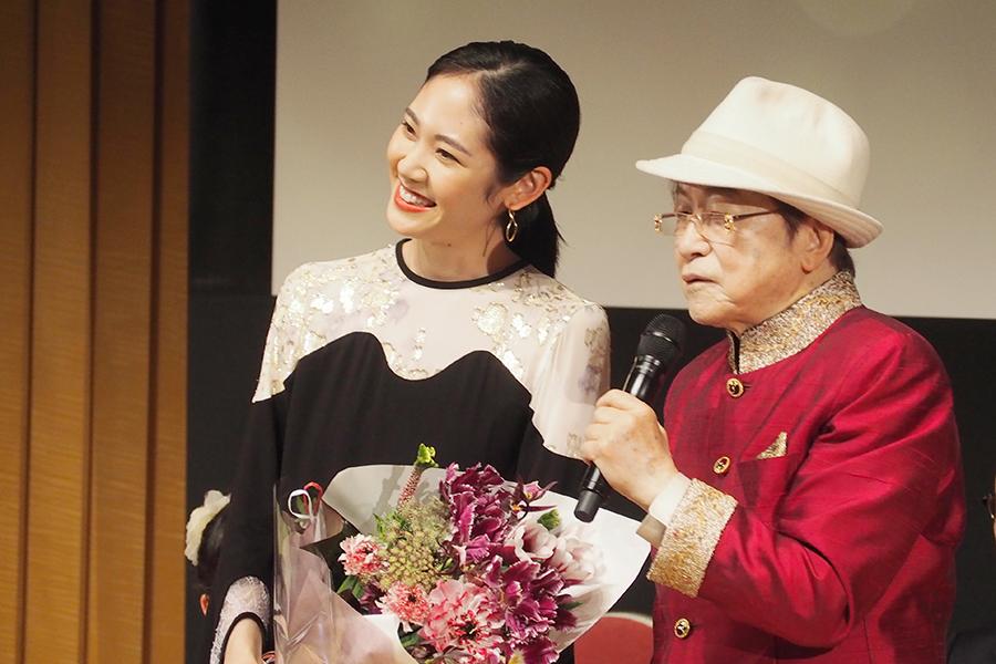 『おおさかシネマフェスティバル2019』授賞式で阿部純子(左)と司会の浜村淳(3日・大阪市内)