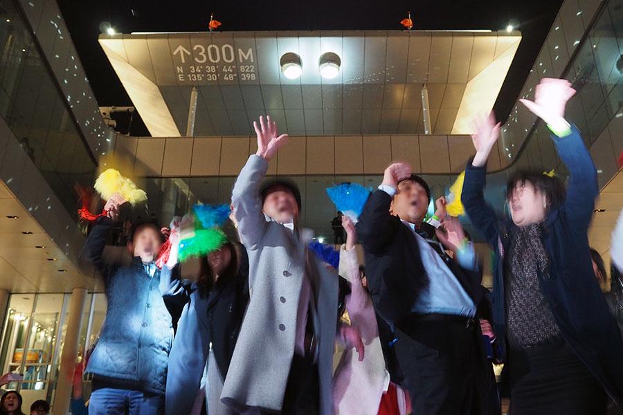往年のディスコソングがかかり、年配層で盛り上がる会場(7日・大阪市内)