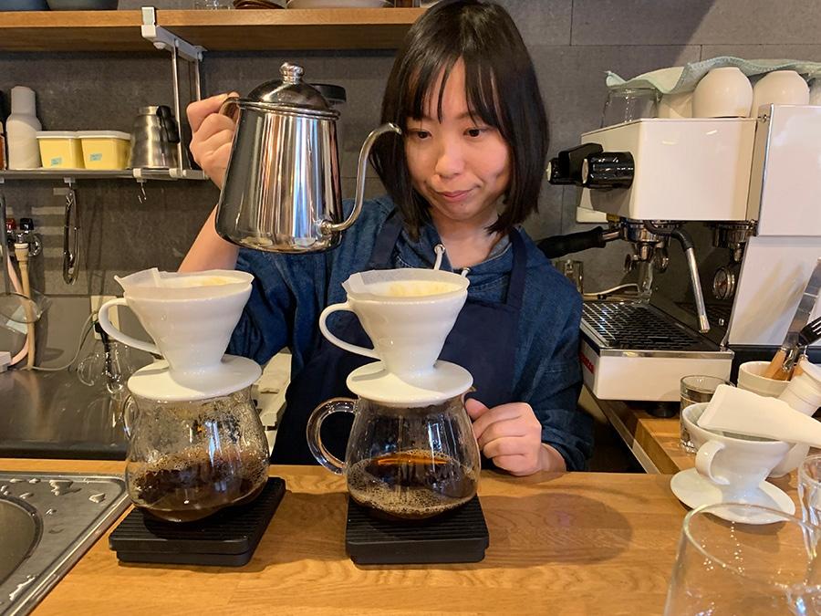コーヒー豆本来の個性を引き出そうと、真剣にドリップする店主の中村千尋さん