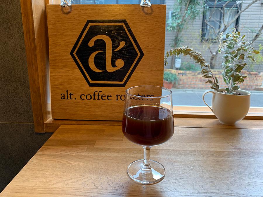 深煎りとは全然違う色。ワイングラスで出されるので香りや味も感じやすい。ハンドドリップで淹れる浅煎りのシングルオリジンコーヒー500円
