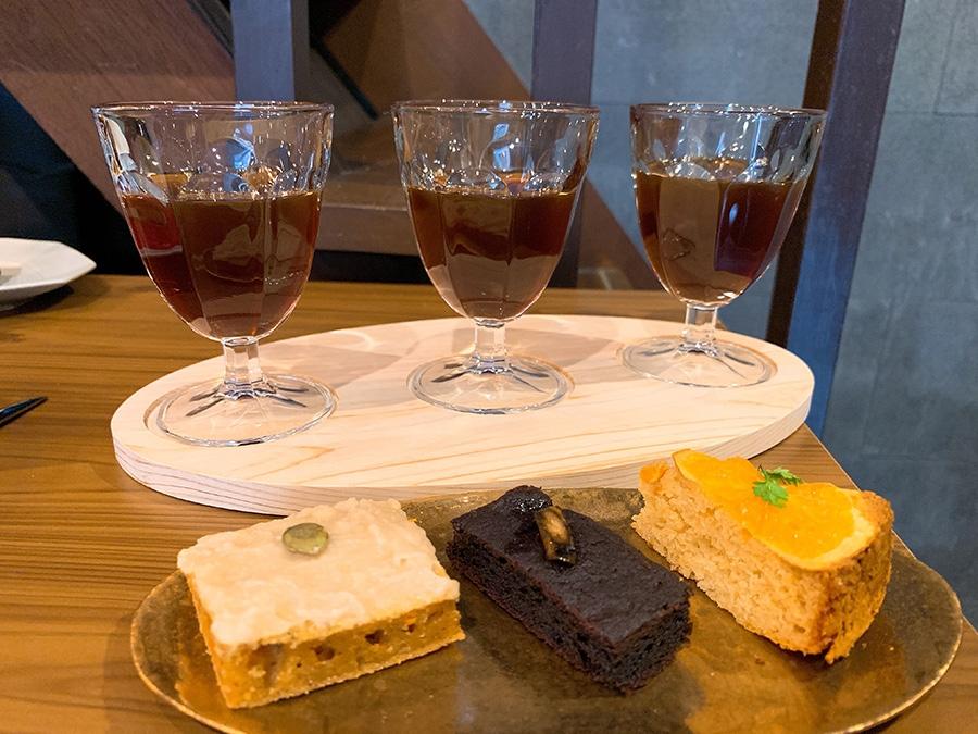 3種類のシングルオリジンが飲み比べできるコーヒーフライト1000円。ヴィーガンスイーツ3種類が付いたコーヒーペアリング1600円