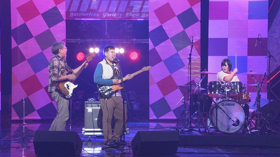 自閉症とダウン症のメンバーらスリーピースバンドのザ・マサハルズ。決まった歌詞なし楽譜なし、予測不能の熱い即興演奏を披露する