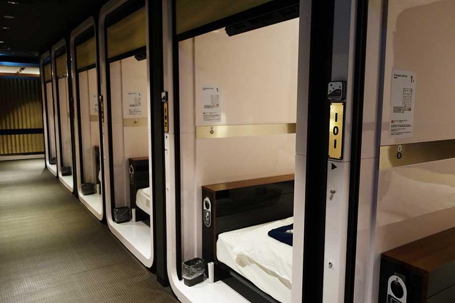 新設した、コンパクトなキャビンルーム。手前はビジネスクラス3200円。こちらは1時間からのショートステイも可